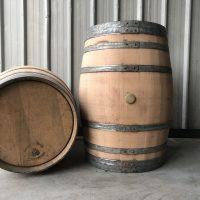 Weinregale und Weinfässer